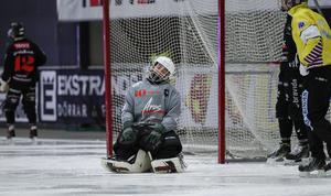 Kevin Sterner och hans Tillberga har haft det tungt i inledningen av säsongen och släppt in hela 66 mål på åtta spelade matcher.