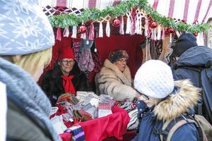 I eftermiddag och i kväll, och på lördag och söndag, kan det bli lika trångt som på  julmarknaden 2017 då hemslöjdarna Anita Klockerud från Torvalla till vänster och Inge Eriksson från Odensala fanns bland de 200 utställarna. De sålde sockar och tvåändstickade vantar av ullgarn.