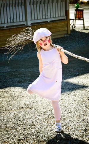 Utrustad. Alice Volke tog kvasten med sig när hon skulle vara med i påskparaden som gick från sockenstugan i Grythyttan på påskafton.