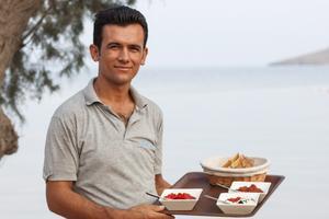 Turkiska smårätter, redo att serveras på en strandrestaurang utanför Bodrum.
