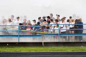 De många åskådarna blev gång på gång insvepta i röken från de brända däcken.