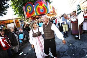 Folkdans. Traditionsenligt klädda svänger sig Valbo och Rillens folkdanslag fram bland karuseller och knallar.