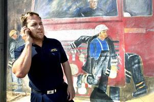Jonas Asplund har jobbat på brandstationen i Skutskär sedan 1995. Nu får han jobba i Sandviken i stället