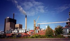 Stora Enso i Skutskär kör på för fullt i sommar.Korsnäs ser ingen anledning att stänga maskinerna i sommar.