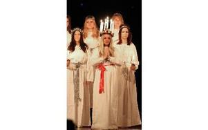 Levande ljus i håret på lucian. Och tomtarna sitter på scenkanten och trippar ut bland publiken när de sjunger Tomtarnas julnatt. Foto: Curt Kvicker