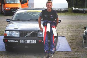Anton Brorsson framför sin Volvo 940 som han tävlar med under säsongen.