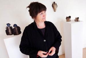 Konst eller bruksföremål? Margareta Hafstad vill inte låsa sig vid någotdera. På Härke konstcentrum ställer hon ut keramik som kan vara både-och.