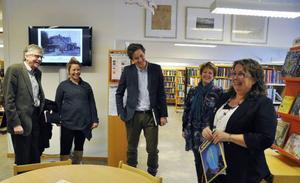 Riksdagsledamöterna Emil Kärrström (C) och Per Åsling (C) fick sig en rundtur och ett gott skratt på Kälarne skola under måndagen. Från höger är bibliotekarie Loulou Westerlund, Eva Kvist, Emil Kärrström, Teresa Flatmo och Per Åsling.