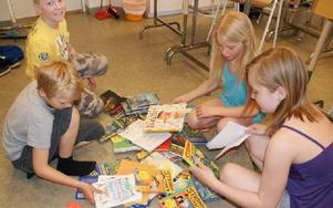 Eleverna tog för sig av barnböckerna som Dan Höjer hade med sig till skolan.