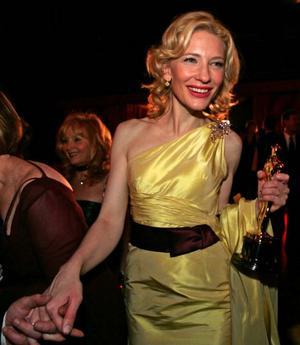 Cate Blancett med sin Oscar för bästa kvinnliga biroll i filmen Aviator. Nu aktuell med Brad Pitt  i huvudrollen i filmen om Benjamin Buttons otroliga liv som får premiär  i jul. En man som åldras baklänges.