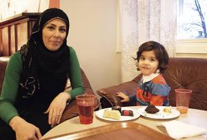Fatana och Kannan Mohammad kom till julgransplundringen på Fyren.