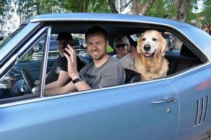 Självklart fick vovven Milo  följa med husse Jonas Sjödin på bilträff i hans sprillans nyinköpta Pontiac Lemans årsmodell 1967: – Jag har bara ägt bilen i en månad och har kört hit från Furudal. Med i bilen fanns också Jonas pappa Janne och mamma Mimmi.