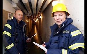 Per Sundström och Åke Larsson inspekterar en källare på Timmermansvägen.FOTO: OVE ANDERSSON