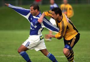 Kubens Nino Cooper i duell med Matfors Senad Zulovic. Cooper som senare blev matchhjälte med sitt första mål för året.