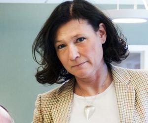 Karolina Wallström (FP): - Möjlighet att både arbeta heltid och att kunna planera sin egen arbetstid måste öka. Det är stora förtjänster för medarbetarna att kunna lägga sitt eget schema och sin arbetstid. Vi tror att ökad individuell frihet skapar ansvarskänsla och bättre förutsättningar. Vi säger ja till fler i heltidsarbete men samtidigt vill vi öka flexibiliteten. Arbetsbördan är ibland för tung och vi anser att det behövs fler anställda inom både omsorgsboenden och hemtjänst.