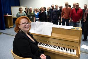 Anna Ekholm är körledare för Sundsvalls popkör och en av arrangörerna till Körrock.