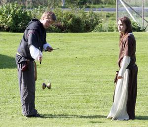 Björn Holmgren och Lisa Östberg trixade med den medeltida leksaken diabolon.