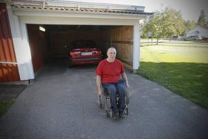 TRÖTTNAT PÅ SKADEGÖRELSEN. Tre gånger sedan i juni har någon gått in i Torbjörn Janssons carport i Bomhus och repat lacken på hans bil. Senast nu i torsdags då bakdäcken också blev sönderskurna.