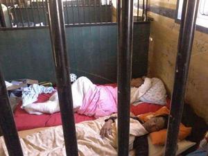 Skogsarbetarna säger att de frös när de sov på golvet i hästboxarna.