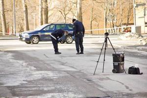 En man blev knivskuren i ryggen under söndagsmorgonen. Polisen rubricerar händelsen som mordförsök.