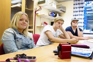Att få jobba med människor är den enskilt viktigaste orsaken till studievalet, enligt eleverna. Samtliga vill också studera vidare på högskola efter studenten. Närmast i bild från höger sitter klasskompisarna i VO11 Anna Olofsson, Anton Amcoff-Nyman och Andreas Hansson.