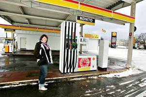 Anna Hultman ser fram emot att öppna Shellmacken på Söder. Tillsammans med sin bror är de övertygade om att det kommer gå bra trots att fler och fler bemannade bensinstationer läggs ner.