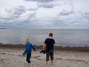 Mina pojkar Emil och Filip Livingstone  i Juni. Min sambo fångade ett magiskt ögonblick där de letar snäckor och jag tycker att havet, himlen och stranden ser ut som en målning.