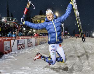 Stina Nilsson vann sprintpremiären i lördags. Fortsätter hon på det sättet kan det ge skönt klirr i kassan för det svenska landslaget.