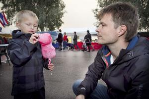 Ted Aura, fem år, åt sockervadd under årets första dag på marknaden. Pappa Juha Aura tog honom till fler karuseller i år.