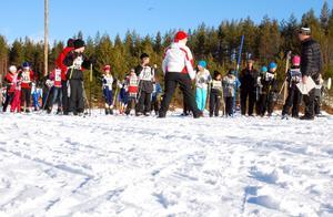 Ett femtiotal tredjeklassare från kommunens skolor kom till start i Gunde skicross vid Snöå skidstadion i går. Gunde Svan själv agerade speaker fram till dess att det var dags att möta finalsegraren i en duell. En duell han föll i mot Michelle Cranning-Hillgren.
