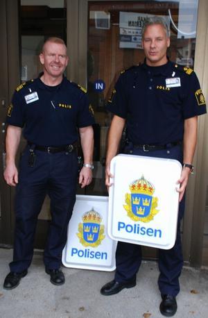 Snart är det dags för polisområdeschefen Mikael Gustafsson och nya stationsbefälet Stefan Engström att sätta upp skyltarna för den nya polisstationen i Hedemora. Foto:Rolf Sundblad