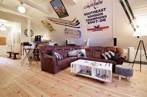 Det 45 kvadratmeter stora sportrummet rymmer bordshockeyspel på väggen och hockeyklubbor.