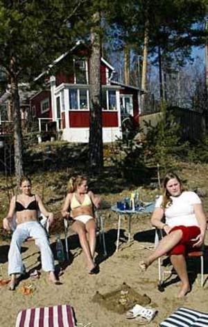 Foto: LASSE HALVARSSON Lapade vårsol. Jennifer Blom, Frida Ericsson och Tove Eneroth var inte sena att utnyttja vårsolen, när även värmen fanns med i går.