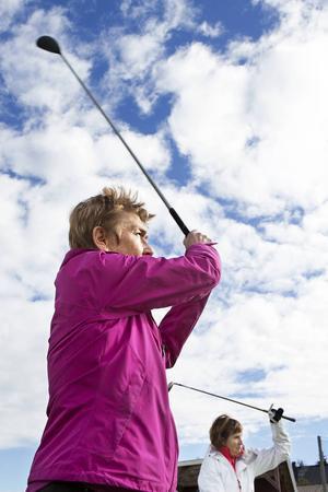 Agneta Olsson var med om en bilolycka för drygt ett år sedan. Trots smärta och fysiska begränsningar spelar hon återigen golf.   – Det psykiska är jätteviktigt för rehabilitering och förbättring. Det går inte att förklara, men det är något speciellt med golf.
