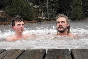 Svante Eriksson och Jim Nyberg har vintersimmat i ett par års tid. Duon har sällskapet