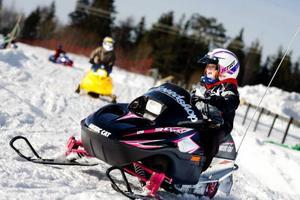 """Katja Anttila, 4 år, körde skoter för första gången i sitt liv. Och det var så roligt att hon nästan inte ville sluta köra. """"Det är roligt, för det gick fort"""", sa hon, och lämnade Gräfsåsen med en förhoppning om att få en egen skoter när hon snart fyller fem. Foto: Henrik Flygare"""