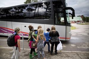 För att bussarna ska få fri passage vill skolan att föräldrarna parkerar på planen vid folkets hus.