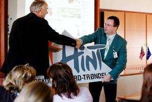 Rektor Knut Arne Hovdal, HiNT överlämnade deras högskoleskylt till Erik Andersson, verksamhetschef på JiLU i Ås denna historiska dag då den norska högskolan från Nord-Trøndelag flyttade till Jämtland.