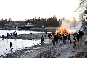 I Engesberg brann majbålet nere vid stranden.