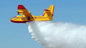 Flygplanet är av typen Canadian CL-415.