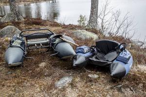 En pontonbåt och en flytring, två hjälpmedel för att komma ut lite längre i sjöarna och nå grundområden och vasskanter som det inte går att fiska på från land.