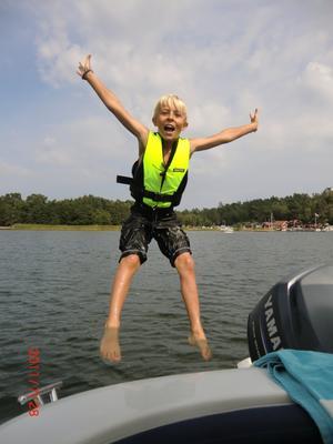 Skönt med ett svalkande dopp tycker William som här hoppar i från familjens båt.