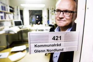 Glenn Nordlund bakom dörren till sitt tjänsterum på fjärde våningen i stadshuset – som han haft i många år. Det är, kan vi avslöja, betydligt mer välstädat än rummet bredvid har varit...