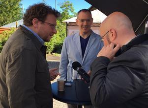 Peter Pomerantsev (till vänster), Craig Silverman och redaktören Patrik Oksanen som håller i poddandet samtalar i Almedalen om vår informationstid. Foto: Claes Bertilson / Sveriges Radio.