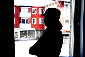 TUFFARE. För frisk för sjukersättning, för sjuk för att jobba. Maria är en av dem som drabbas av de hårdare  sjukreglerna. Om några veckor fyller hon 30. Då kan hon inte längre få aktivitetsersättning. Sjukersättning är inte heller något alternativ – då ska man ha en sjukdom som består för all överskådlig framtid. Som sådan klassas inte den  personlighetsstörning som Maria lider av. Nu är hon i stället tvungen att söka heltidsjobb.Foto: Lynda Lundin