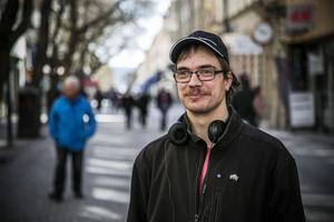 Det här är Kim, när vi träffas på Gågatan i Östersund. Han är 26 år och kommer från Myrviken. Har bott i Östersund sedan 2011.