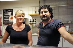 Susanne Karlsson och Erkan Altay erbjuder gröna alternativ på Björnen, men fisk- och kötträtter går bäst.