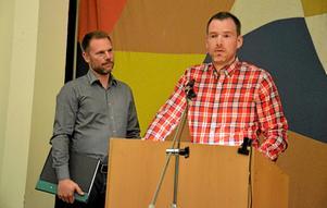 Marcus Englund, vice ordförande i föräldraföreningen i Hjortkvarn, lämnade över en pärm till Andreas Svahn (S), kommunstyrelsens ordförande, med över 1200 namnunderskrifter som motsätter sig en nedläggning av Hjortkvarns skola.