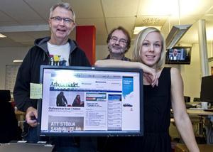 GLAD WEBBREDAKTION. Arbetarbladets webbchef Lars Westin, flankerad av webbmedarbetarna Ulf Lindman och Madelene Linderstam. Alla är glada över rekordsiffrorna på antalet besökare på arbetarbladet.se.