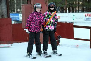 Lina Strandberg och Olivia Hammarström är på väg upp i den ena liften. Nästan varje dag under jullovet kommer de hit.